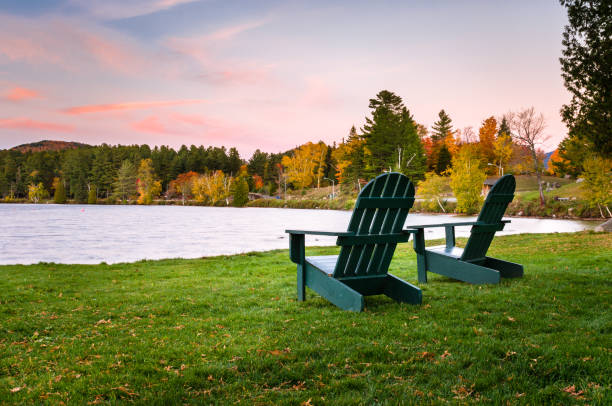 chaises adirondack vert sur la rive d'un lac - lac mirror lake photos et images de collection