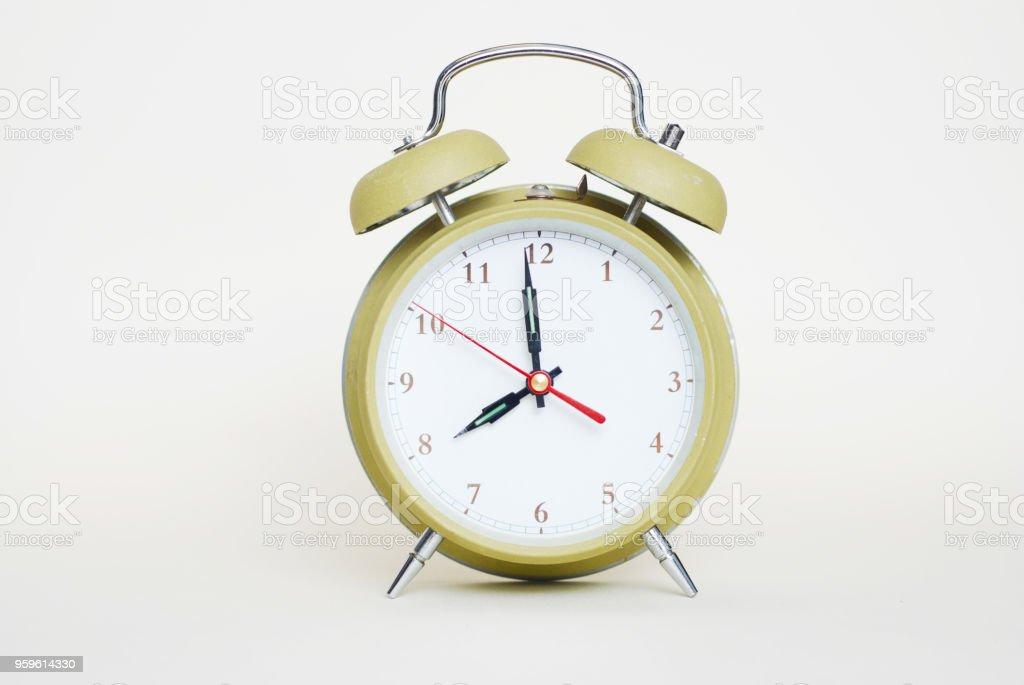 Verde alarma reloj Isoalted escuela oficina mañana trabajo - Foto de stock de Adulto libre de derechos