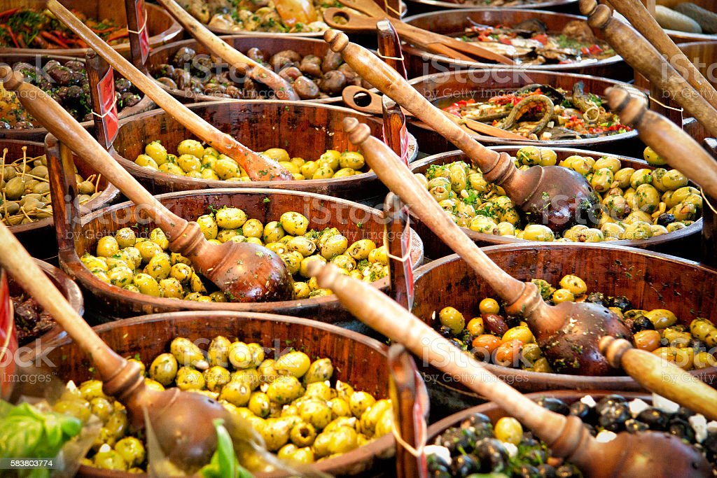 green and black olives on a market - foto de stock