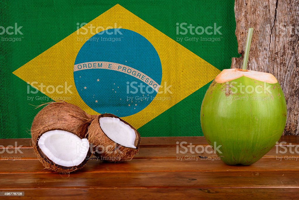Verde e marrom coco com Bandeira Brasileira - foto de acervo