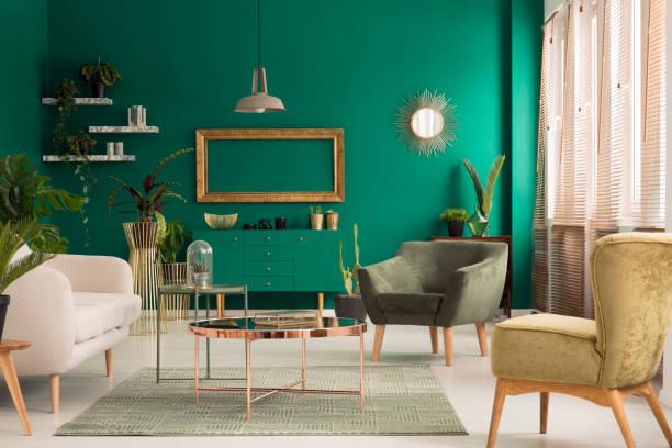 grün und gold wohnzimmer - oliven wohnzimmer stock-fotos und bilder