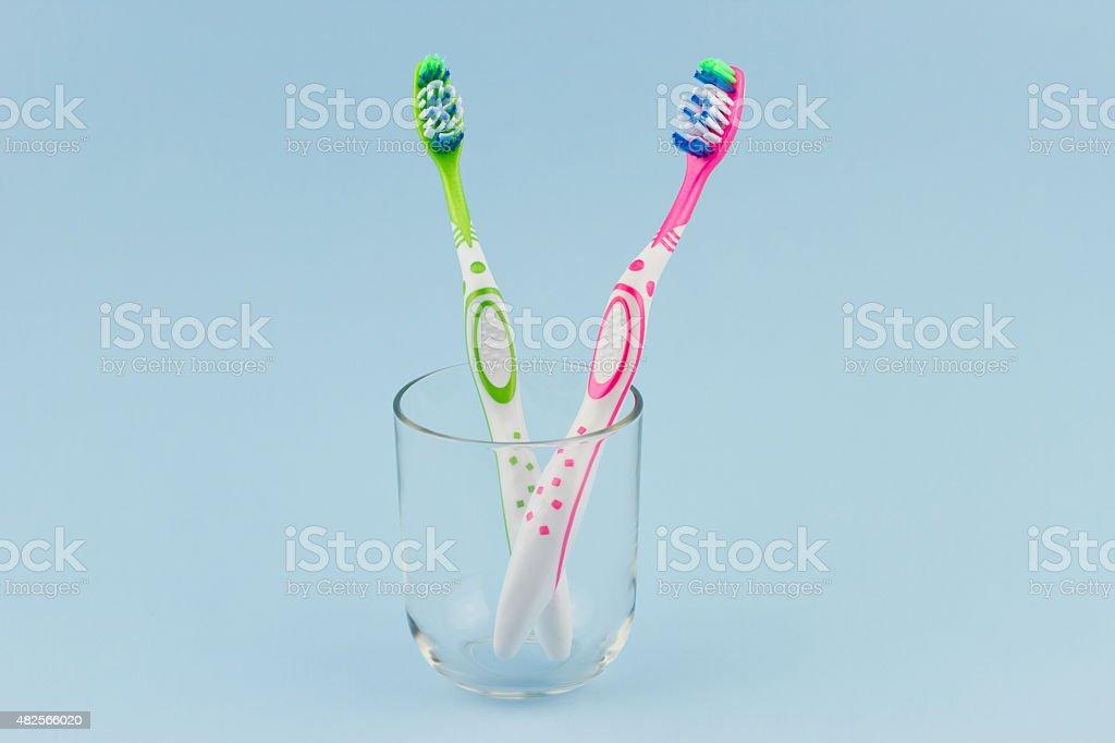 Grün und Rosa Zahnbürste in Glas-Becher – Foto