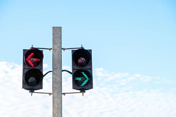 Grüne und rote Pfeil-Sicherheitslichtsignale – Foto