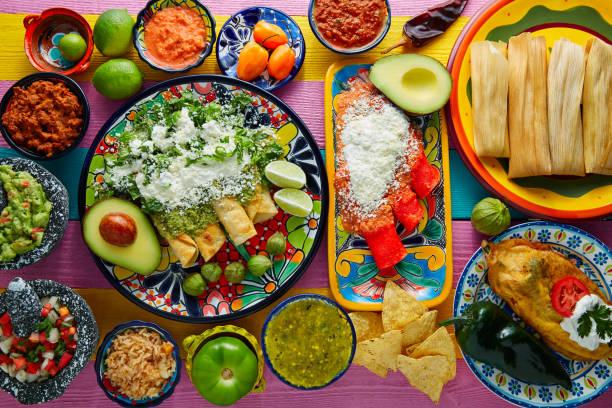 enchiladas verdes y rojas con salsas mexicanas - comida mexicana fotografías e imágenes de stock