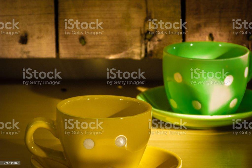 Grüne und gelbe Tassen auf einem hölzernen Hintergrund - Lizenzfrei Brasilien Stock-Foto