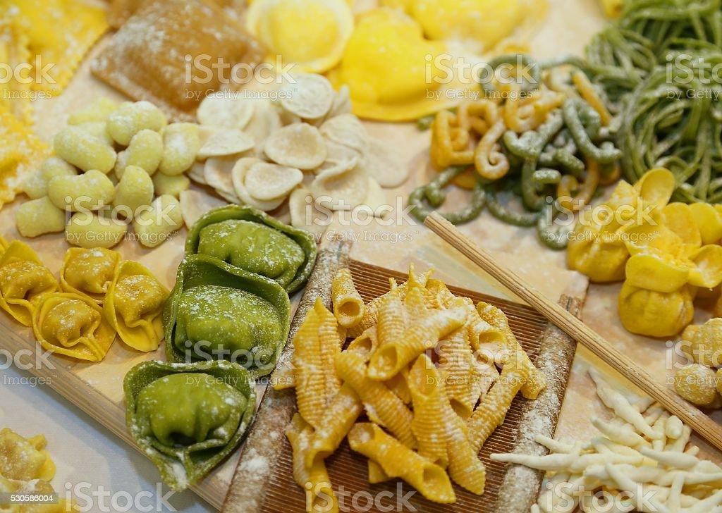 緑と黄色のトルテリーニ、卵と粉とホウレンソウの ストックフォト