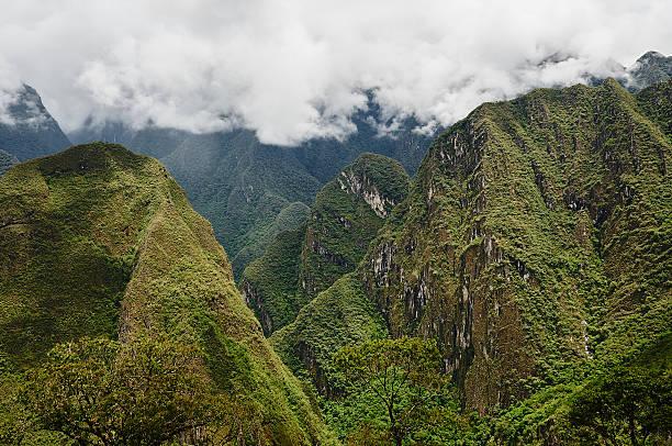 Grün Anden mit großen Wolken – Foto
