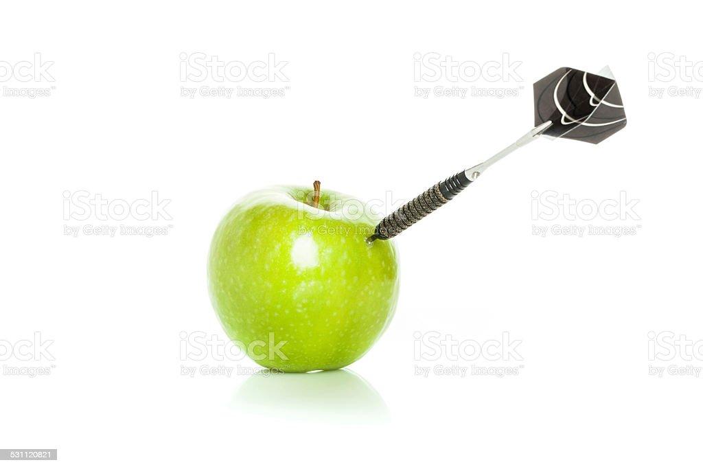 Green apple als Ziel für black steel dart – Foto