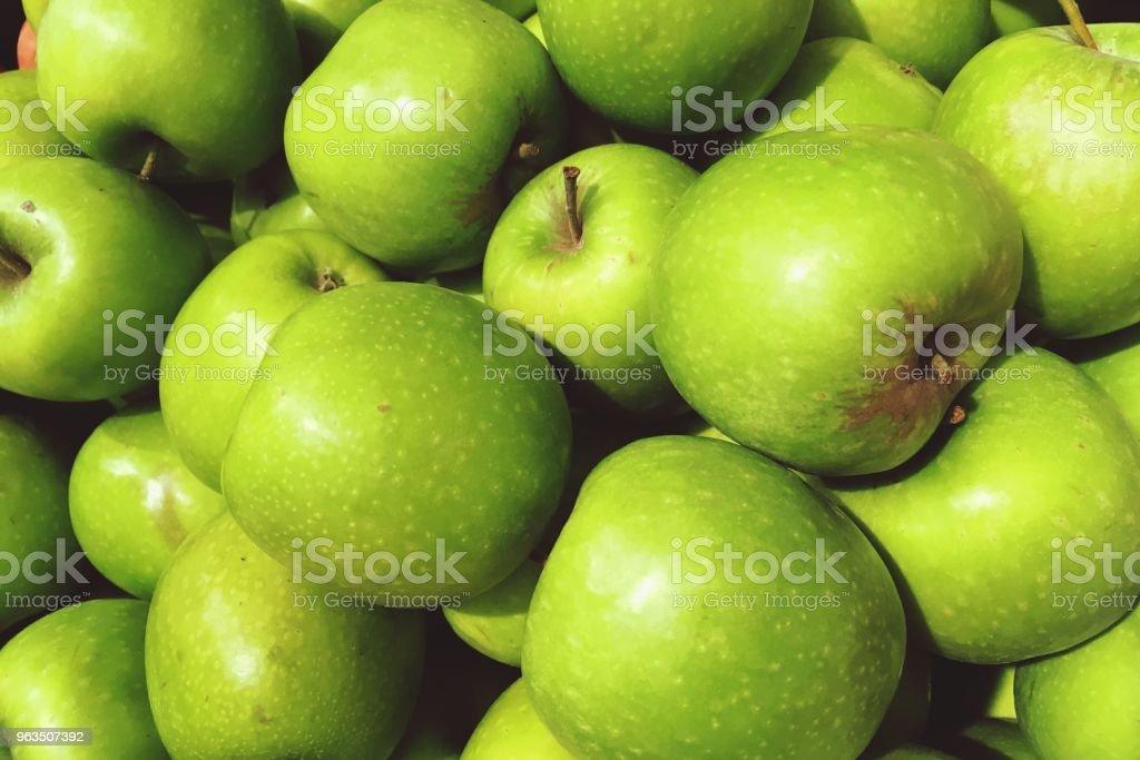 frutos de maçã verde nas prateleiras - foto de acervo