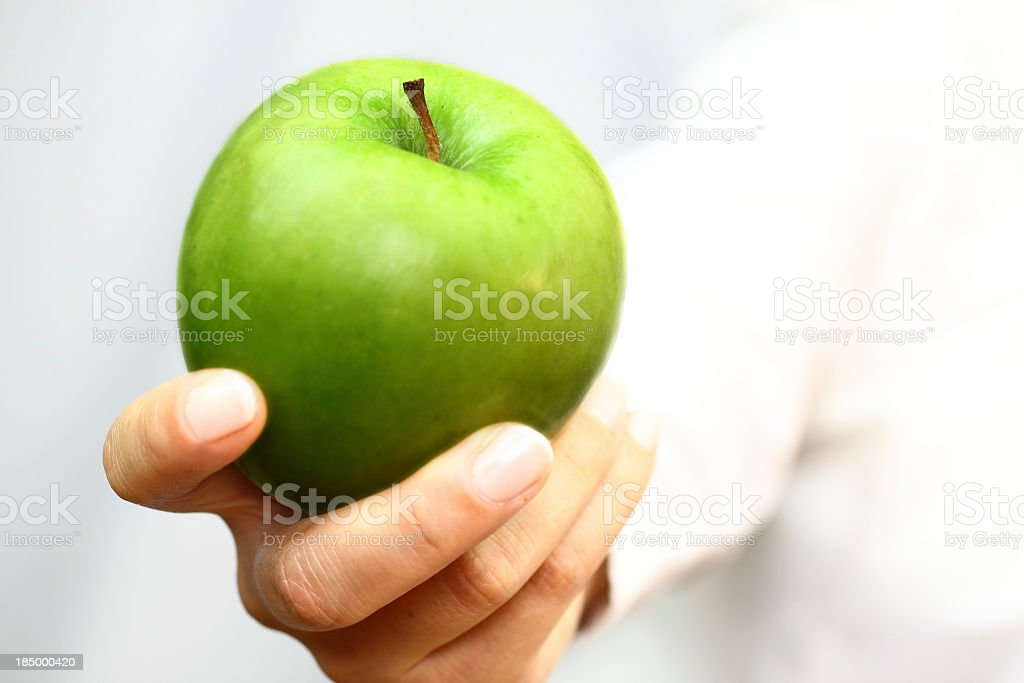 Green apple en mano - foto de stock