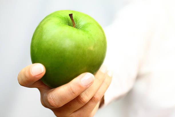 Green apple en mano - foto de stock