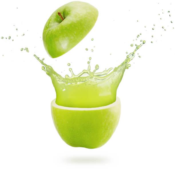 grüner apfelsaft spritzt auf weißem hintergrund - fliegenspray stock-fotos und bilder