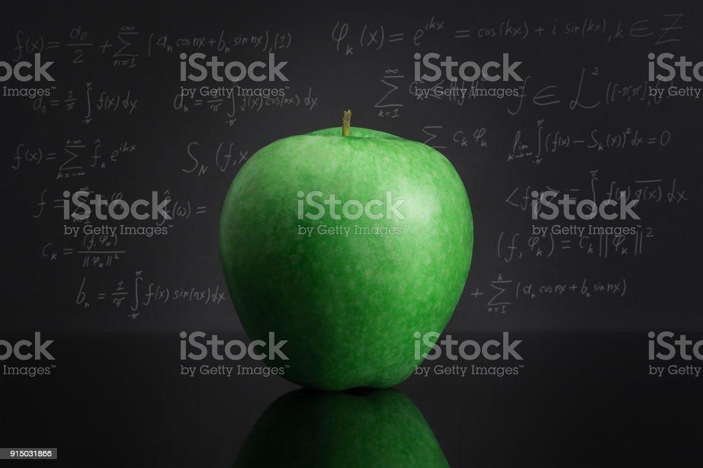 Photo Libre De Droit De Pomme Verte Sur Un Tableau Noir Contre Le Tableau Noir Rempli De Formules Mathematiques Banque D Images Et Plus D Images Libres De Droit De Algebre Istock