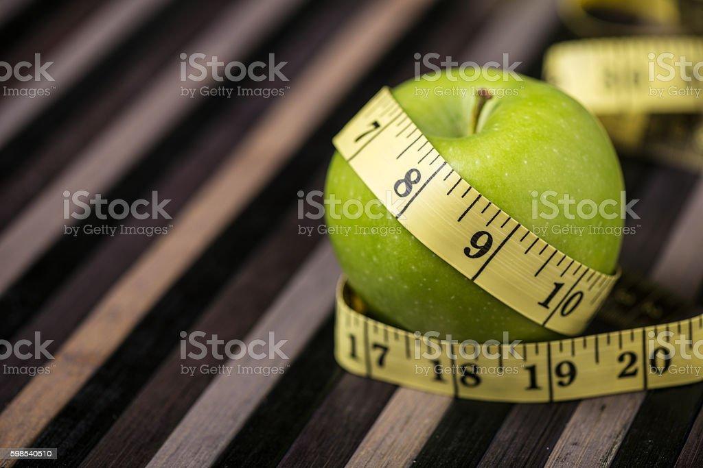 Green apple with measuring tape, healthy diet concept photo libre de droits