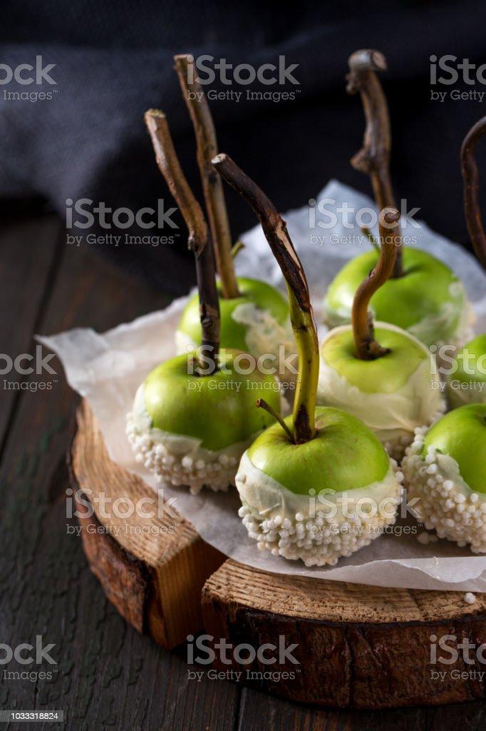 Manzanas verdes en chocolate - foto de stock