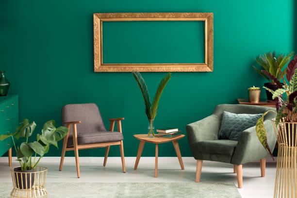 grüne sessel im wohnzimmer - kissen grün stock-fotos und bilder