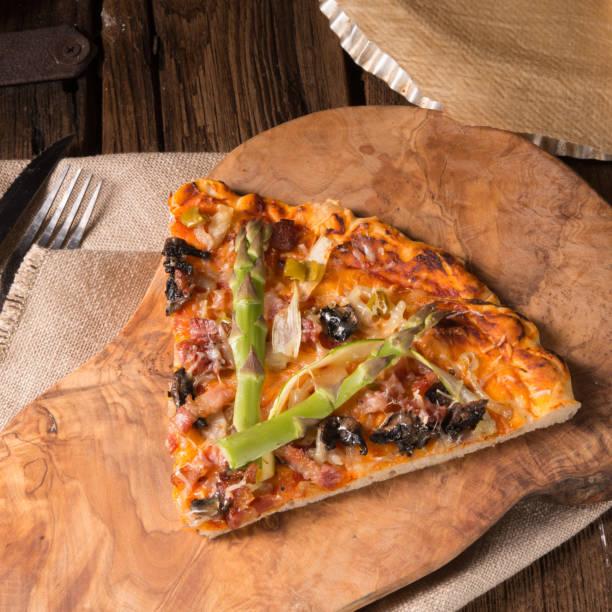 grüner spargel-pizza - essensrezepte stock-fotos und bilder