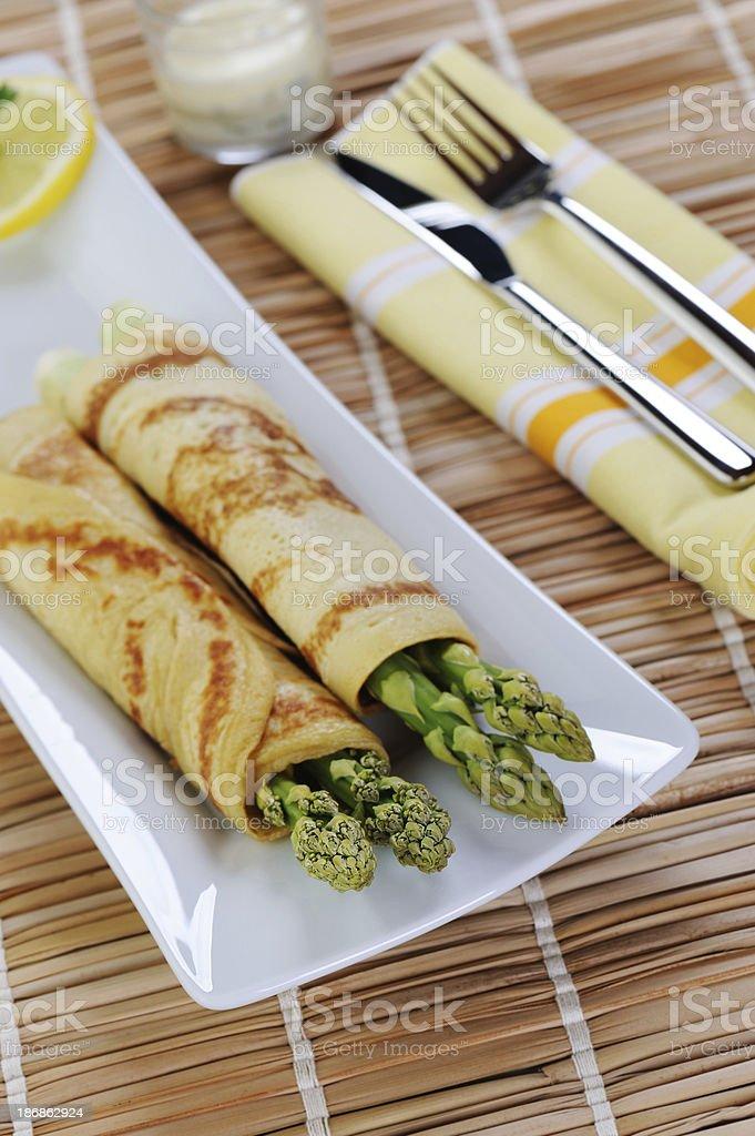 Green Aspargus envolto em Pan de bolo - foto de acervo