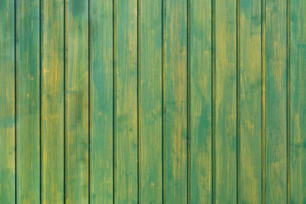 grünen hintergrund der senkrechten bretter. glatte und saubere baum hintergrund. hölzerne struktur. hintergrund mit weichen pastelltönen. - einfache holzprojekte stock-fotos und bilder