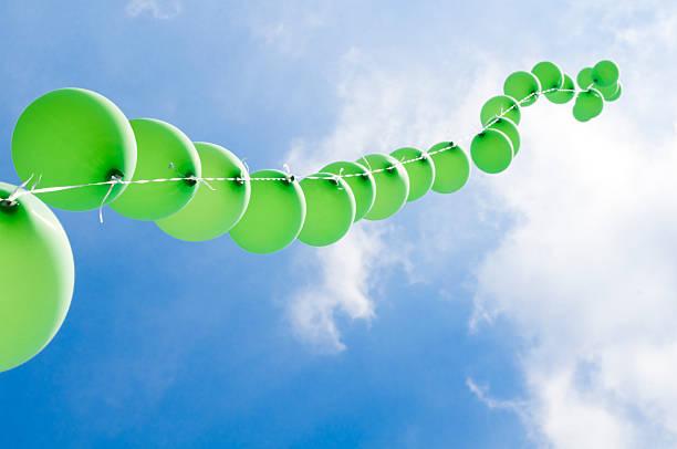 Green Ballons auf einer Schnur und bewölkten Himmel – Foto