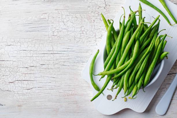 커팅 보드에 흰색 그릇에 녹색 콩입니다. 최고의 볼 수 있습니다. 공간 복사 - 그린빈 뉴스 사진 이미지