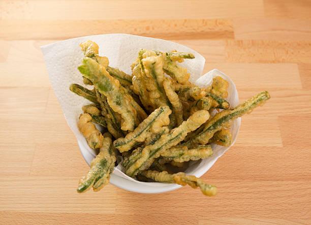 feijão verde tempura em uma taça - tempura imagens e fotografias de stock