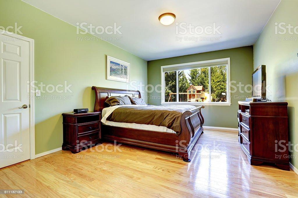 Verde camera da letto con mobili in legno intagliato fotografie