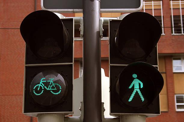 fahrrad und grüne ampel für fußgänger - andreas weber stock-fotos und bilder