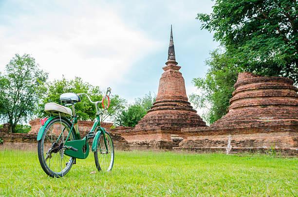 green bicycle with ancient temple - sukhothai - fotografias e filmes do acervo