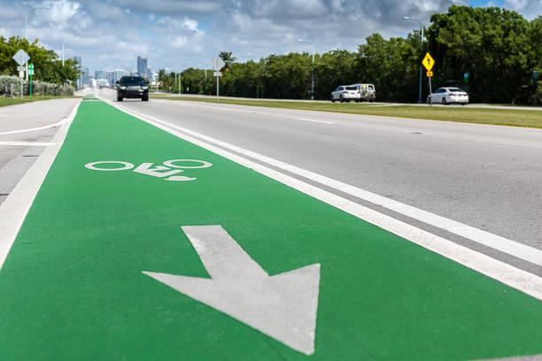 grünen fahrrad spur - fahrradwege stock-fotos und bilder