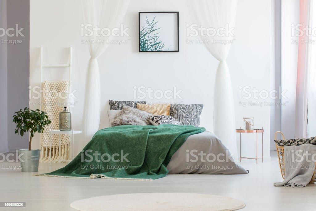 Grüne Decke Auf Doppelbett Mit Vielen Kissen Und Graue Blätter ...