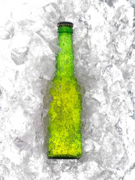 Grüne Flasche im Eis – Foto