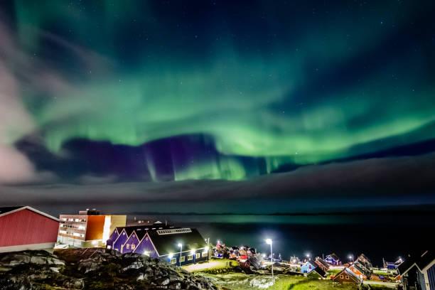 Grüne helle Nordlichter versteckt von den Wolken über dem Inuit Dorf am Fjord, Nuuk Stadt, Grönland – Foto