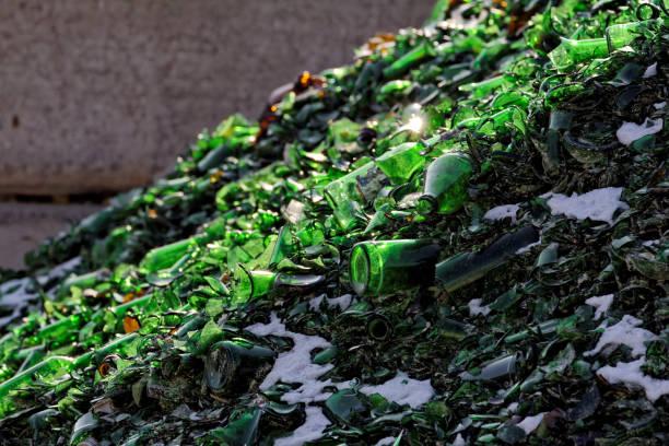 green broken empty bottles for recycling - recovery of waste - recycelte weinflaschen stock-fotos und bilder