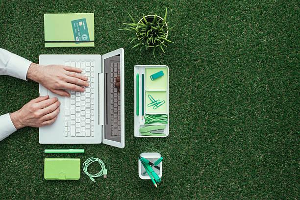 vert d'affaires - écologiste rôle social photos et images de collection