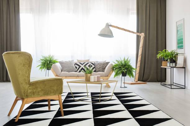 grünen sessel im wohnzimmer - oliven wohnzimmer stock-fotos und bilder