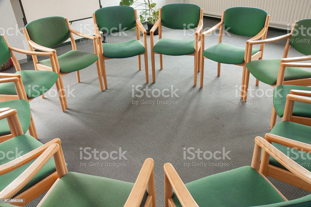 Green chairs in a circle – Foto