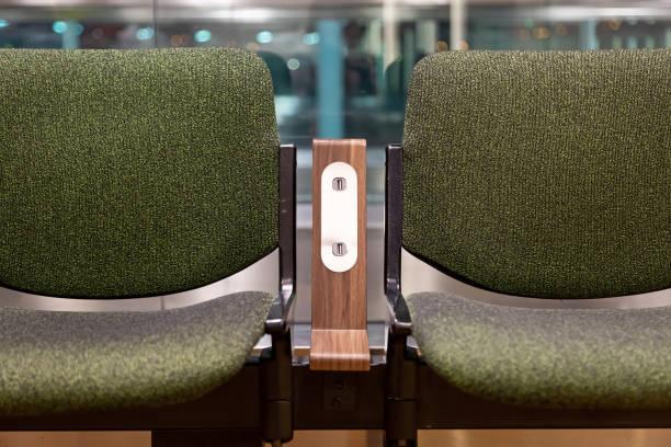 grüne stühle mit kostenloser standard-usb-steckdose oder usb-port-spielautomaten-ladegerät am flughafen. reisekomfort - usb kabel stock-fotos und bilder