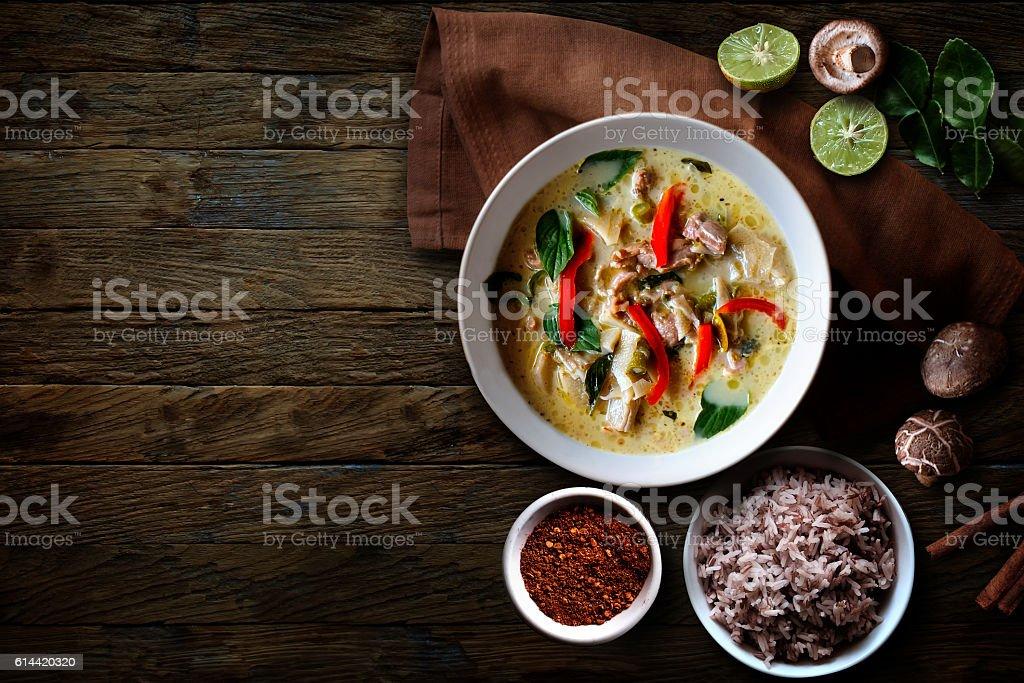 Green Chicken Curry over wooden table.Thai cuisine - Foto de stock de Almoço royalty-free