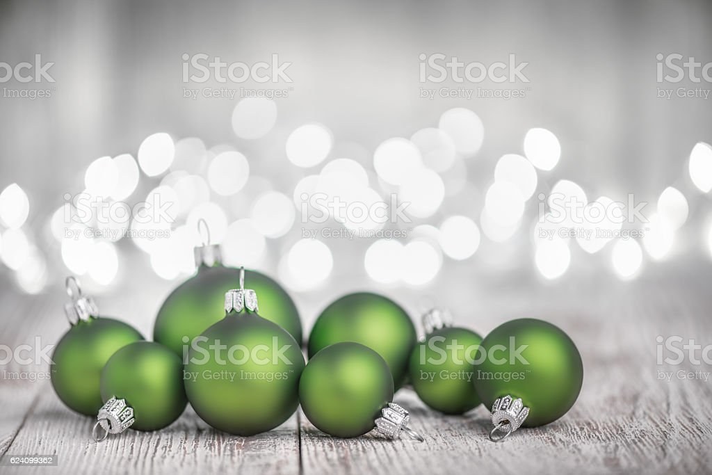 Green Christmas Balls on White Rustic Wood Board – Foto
