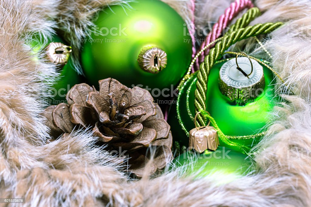 Green christmas decoration and pinecine on a natural fur backgro photo libre de droits