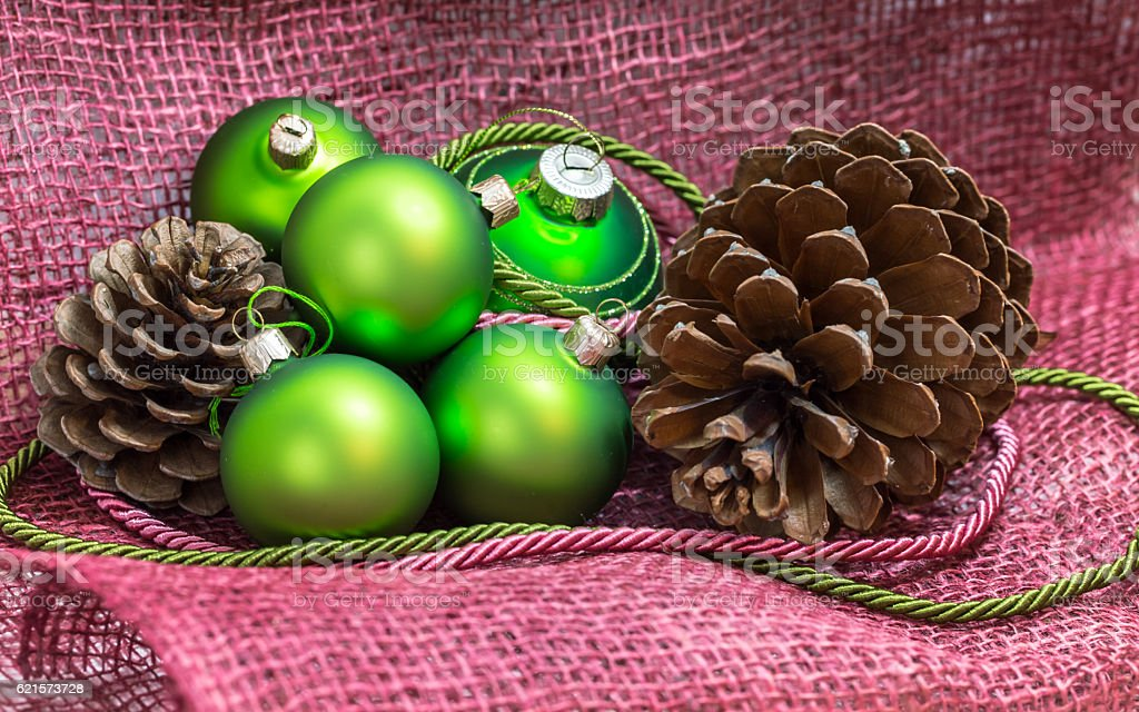 Green christmas decoration setting with pinecones on a mesh text photo libre de droits