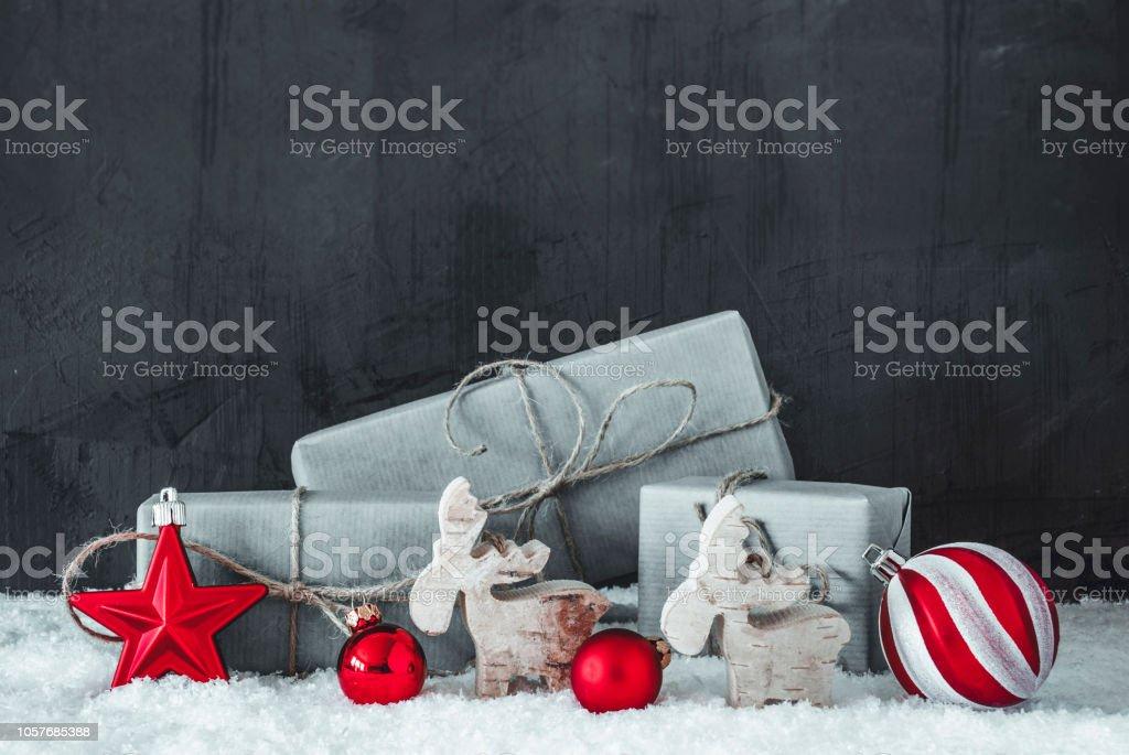 Grüne Geschenke, Schnee, schwarz / weiß Weihnachtsdekoration mit Red Hot Spots – Foto