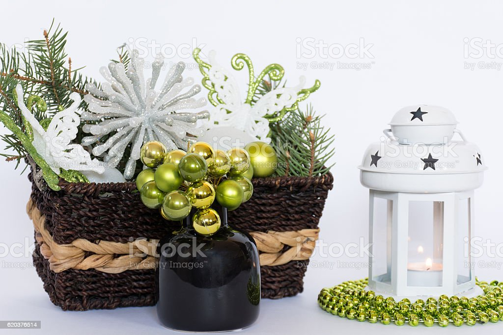 Green christmas table decoration with christmas lantern foto de stock royalty-free