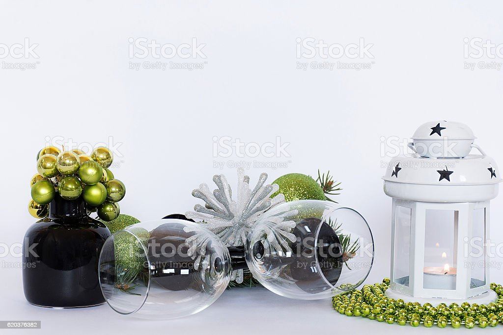 Green christmas table decoration with wineglass foto de stock royalty-free
