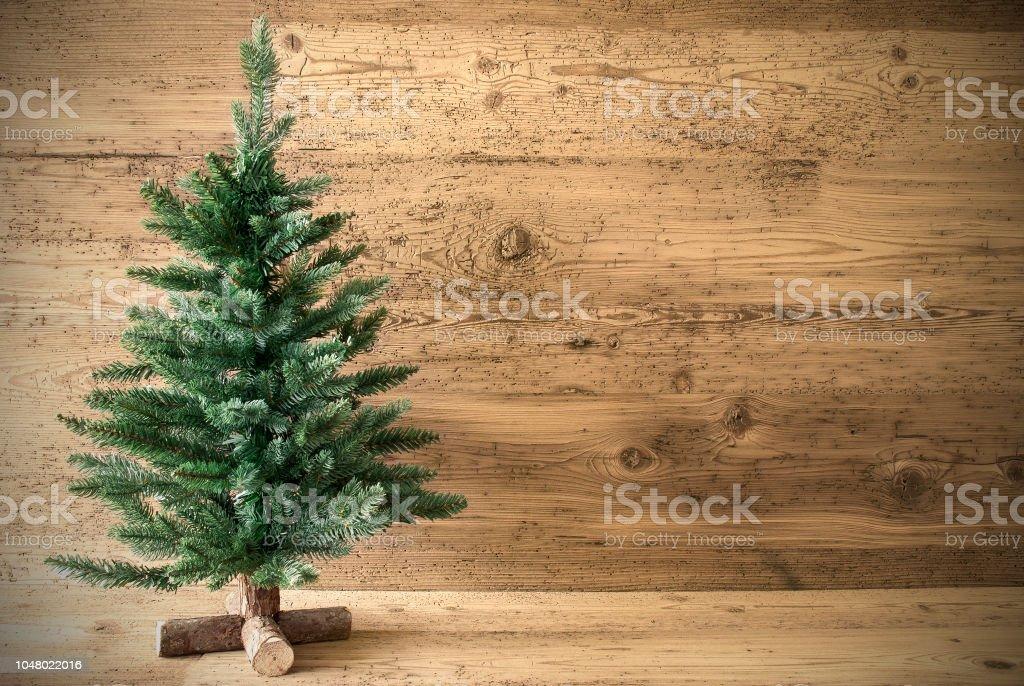 Grünen Weihnachtsbaum auf braun rustikaler Hintergrund, Textfreiraum – Foto