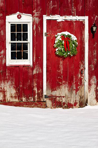 grüne weihnachten kranz auf farmtor mit frischen schnee - türbänder stock-fotos und bilder