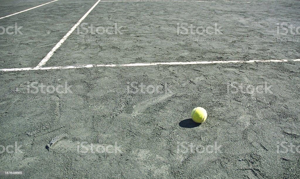 Vert Court de Tennis en terre battue avec ballon et blanc des lignes de démarcation - Photo