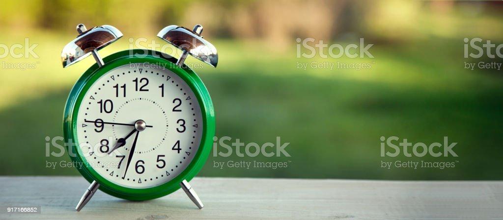 Photo libre de droit de Horloge Verte Sur Lancienne Table En ...