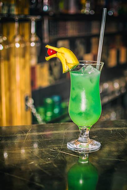green cocktail - bananenlikör stock-fotos und bilder